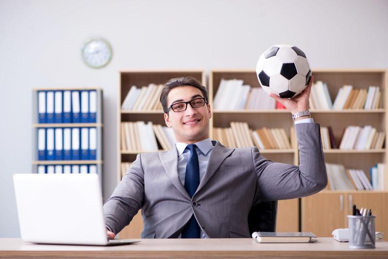 サッカーボールとスーツの男